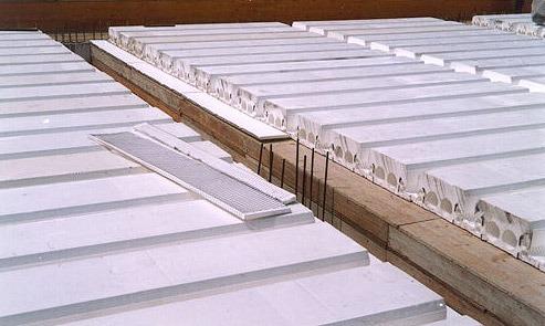 Coibentazione con appositi pannelli isolanti di eventuali travi gettate in opera